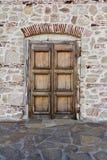 Старая дверь в каменной стене стоковые фотографии rf