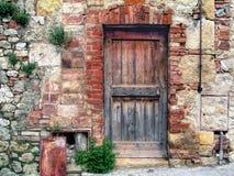 Старая дверь в Monteriggioni, Италии стоковая фотография