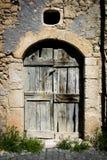 Старая старая дверь дома в итальянской стране стоковые изображения rf