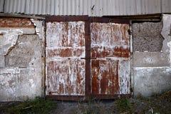 Старая дверь металла покинутого амбара Стоковые Изображения