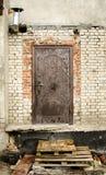 Старая дверь на месте сужения стоковое изображение rf
