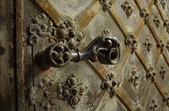 Старая дверь церков с декоративной ручкой утюга стоковое изображение rf