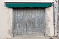 Старая двойная дверь гаража Стоковые Изображения RF