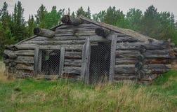 Старая, деревенская бревенчатая хижина в Канаде Стоковые Фотографии RF