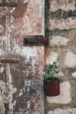 Старая деревенская дверь с окисленной ручкой замка Стоковая Фотография RF