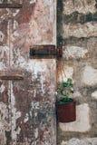 Старая деревенская дверь с окисленной ручкой замка Стоковые Изображения