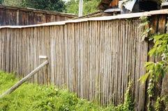 Старая деревенская деревянная загородка стоковые изображения