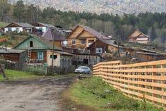 Старая деревня на ноге гор Altai Стоковое Изображение