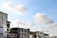 Старая деревня, Townhome, городской пейзаж на предпосылке неба стоковые фото