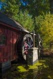 Старая деревянная водяная мельница прудом Стоковая Фотография