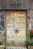 Старая деревянная дверная рама Стоковые Фотографии RF