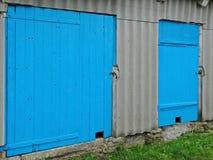 Старая деревянная дверь амбара стоковая фотография rf