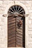 Старая деревянная дверь виска на каменной стене стоковое фото