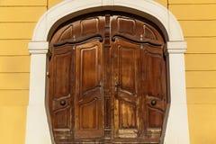 Старая деревянная дверь в белом своде Стоковые Фото