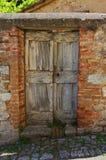 Старая деревянная дверь в Италии Стоковые Изображения