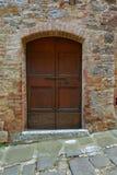 Старая деревянная дверь в кирпичной стене Стоковые Изображения RF