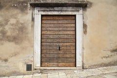 Старая деревянная дверь в сельском итальянском доме, Тоскане, Италии Стоковое Фото