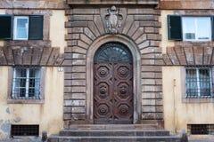 Старая деревянная дверь в старом и маленьком городе Лукки, Toscana Тосканы, Италии, Европы Стоковые Фото