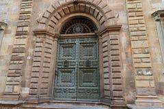 Старая деревянная дверь в старом и маленьком городе Лукки, Toscana Тосканы, Италии, Европы Стоковое фото RF