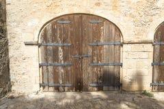 Старая деревянная дверь в 2 стробах Стоковое фото RF