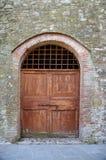 Старая деревянная дверь здания страны Стоковые Изображения