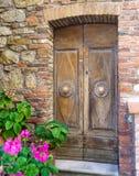 Старая деревянная дверь на каменной стене Стоковое Изображение