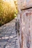 Старая деревянная дверь открытая с старой ручкой двери металла Стоковые Изображения RF