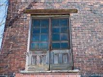 Старая деревянная дверь, покинутое здание стоковые фото