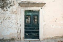 Старая деревянная дверь с зеленой краской Стоковое Изображение