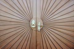 Старая деревянная дверь с медной ручкой в форме головы лошади Стоковое Фото