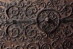 Старая деревянная дверь с металлической картиной стоковая фотография