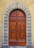 Старая деревянная дверь с ручками дуги и металла Стоковая Фотография