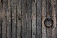 Старая деревянная дверь с ручкой кольца металла Стоковые Изображения