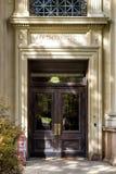 Старая деревянная дверь факультета математики в университете Clolumbia стоковые изображения