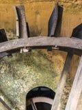 Старая деревянная деталь колеса воды на ферме в Бразилии Стоковое Изображение