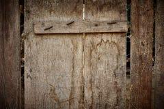 Старая деревянная загородка с ржавыми ногтями, сеном и spiderweb стоковое фото rf