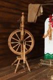 Старая деревянная закручивая пряжа катит внутри традиционный украинский интерьер Русское народное искусство Стоковые Фото