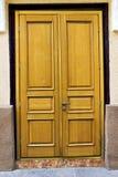 Старая деревянная коричневая дверь дома Стоковая Фотография RF