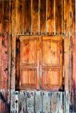 Старая деревянная коричневая дверь дома Стоковые Фотографии RF