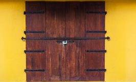 Старая деревянная коричневая текстура двери дома, коричневая деревянная предпосылка с стоковые фотографии rf