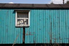 Старая деревянная покинутая фура на предпосылке голубого неба стоковые фото