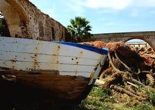 Старая деревянная рыбацкая лодка сидит покинутый Стоковое Изображение