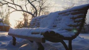 Старая деревянная скамья в парке зимы города видеоматериал