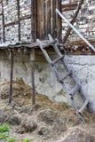 Старая деревянная склонность лестницы против деревенского амбара стоковое фото rf