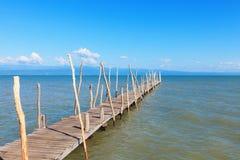Старая деревянная стыковка шлюпки, идя далеок вне к морю. Стоковые Изображения RF