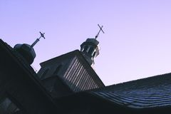 Старая деревянная церковь с крестами на куполах против clea стоковое фото