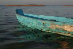 Старая деревянная шлюпка голубого цвета Отражения воды стоковые фотографии rf