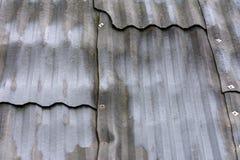 Старая домашняя крышка, серый шифер, красивая текстура и предпосылка стоковые фото