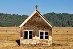 Старая дом в поле осветила светом утра Стоковые Фото