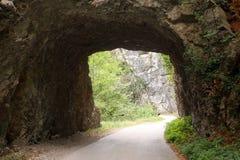 Старая дорога горы проходит через каменный тоннель Стоковое фото RF